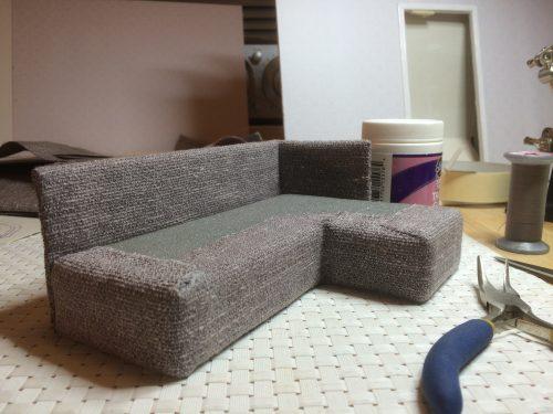 Nukkekodin sohva valmistumassa.
